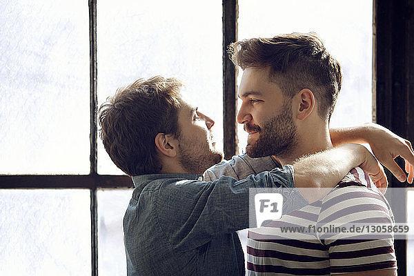 Glückliches schwules Paar zu Hause