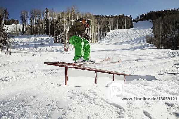 Skifahrer steht auf Bank auf verschneitem Feld
