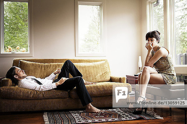 Unzufriedenes Paar im Wohnzimmer