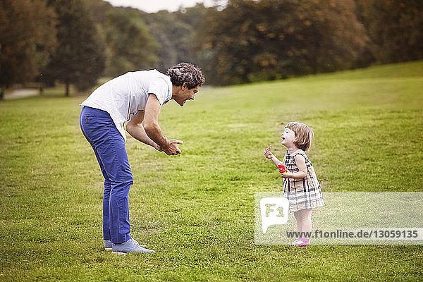 Vater spielt mit Tochter im Park