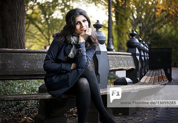 Porträt einer lächelnden Frau auf einer Bank im Central Park