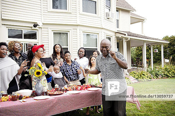 Familie und Freunde genießen am Picknicktisch