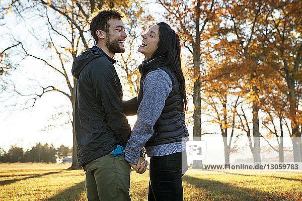 Seitenansicht des auf dem Spielfeld stehenden glücklichen Paares