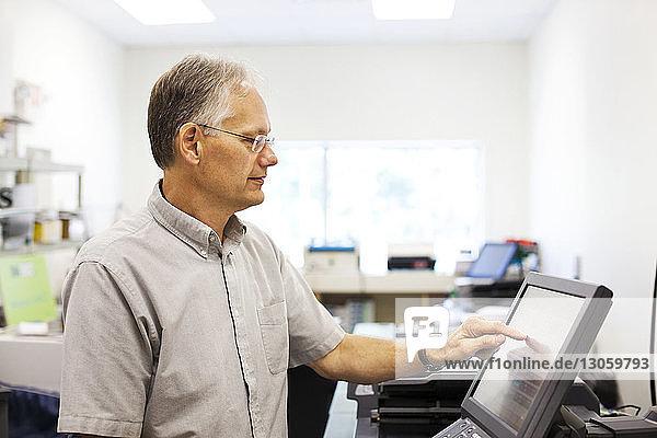 Eigentümer  der einen Desktop-Computer im Geschäft benutzt