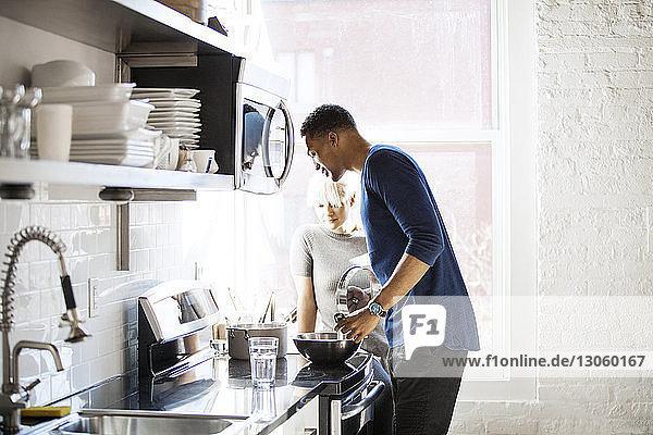 Multi-ethnisches Paar kocht in der Küche