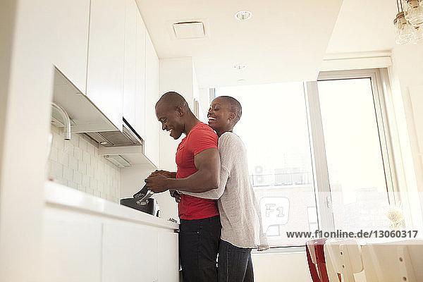 Niedrigwinkelansicht eines Paares beim Kochen in der heimischen Küche