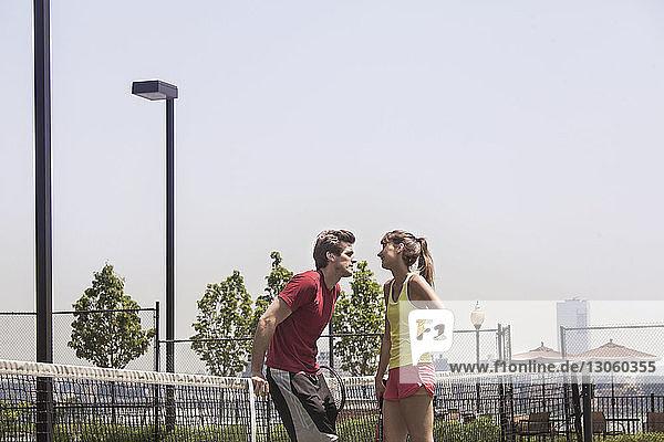 Stehendes Paar auf dem Tennisplatz
