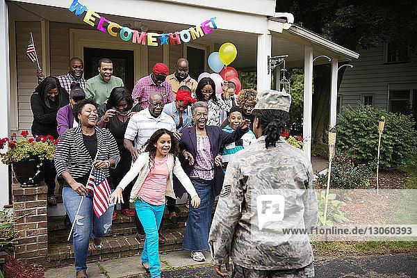 Familie und Freunde begrüßen Soldatinnen