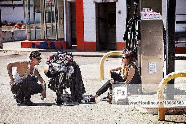 Seitenansicht des an der Tankstelle sitzenden Paares