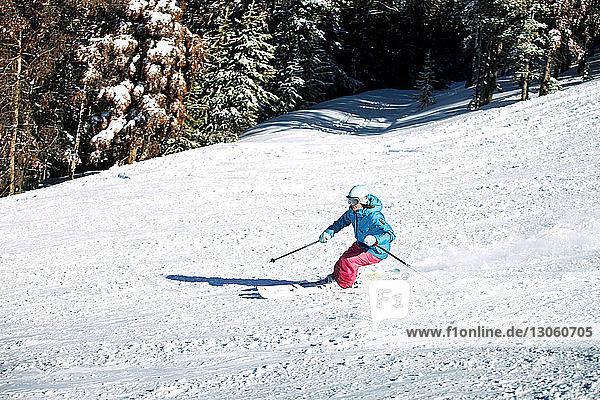Frau beim Skifahren auf schneebedecktem Feld