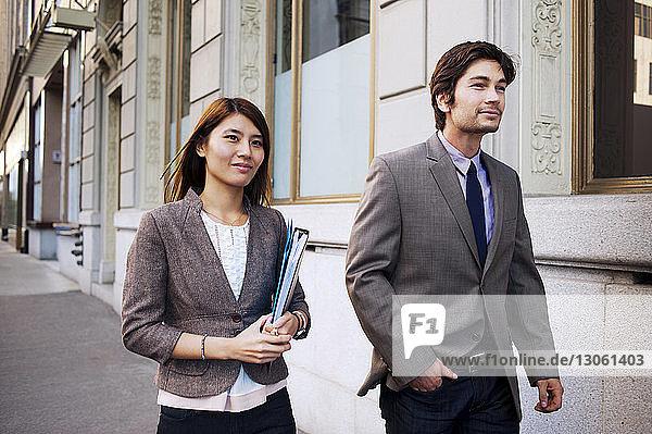 Geschäftsleute  die auf einem Fußweg gehen