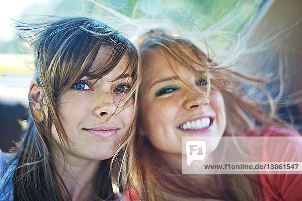 Porträt fröhlicher Freunde