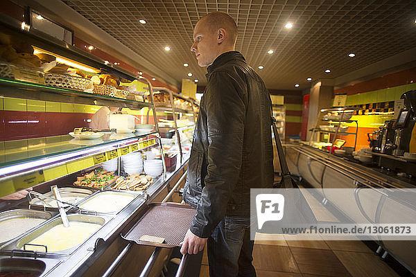 Seitenansicht eines Mannes in einer Bäckerei