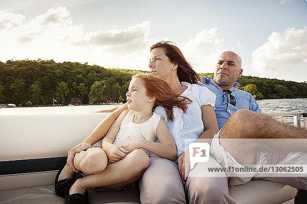 Mädchen entspannt sich mit den Eltern während einer Bootsfahrt auf dem See