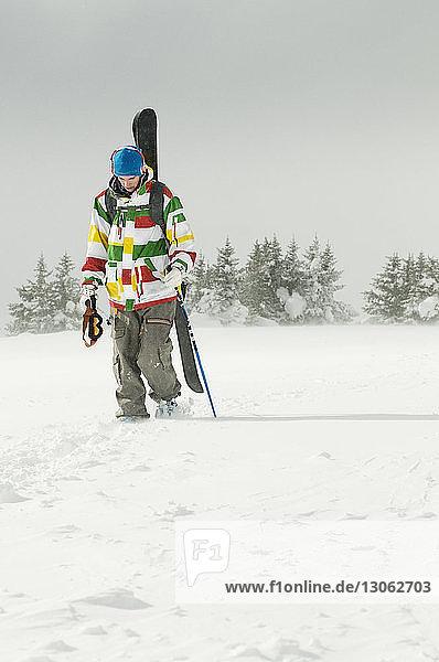 Skifahrer zu Fuss auf schneebedecktem Feld