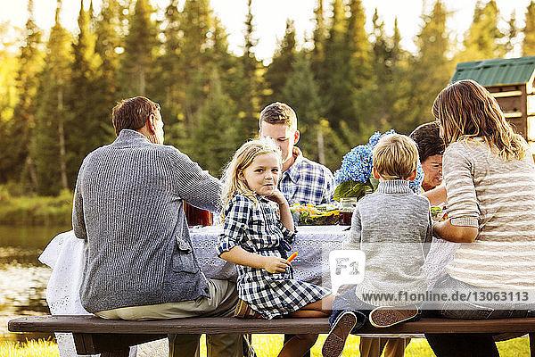 Mehrgenerationen-Familie genießt am Picknicktisch