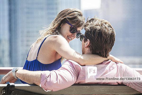 Nahaufnahme eines auf der Bank sitzenden Paares