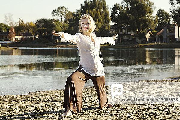 Frau praktiziert Krieger 2 Yogastellung