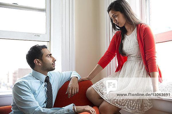 Paare  die sich zu Hause sitzen und einander anschauen