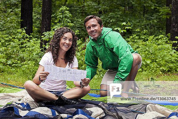Porträt glücklicher Freunde mit Anleitung für Zelt