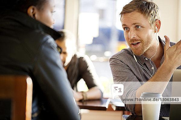 Mann spricht mit Frau im Cafe