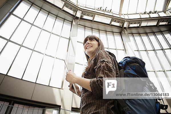 Niedrigwinkelansicht einer Frau  die im Bahnhof stehend wegschaut