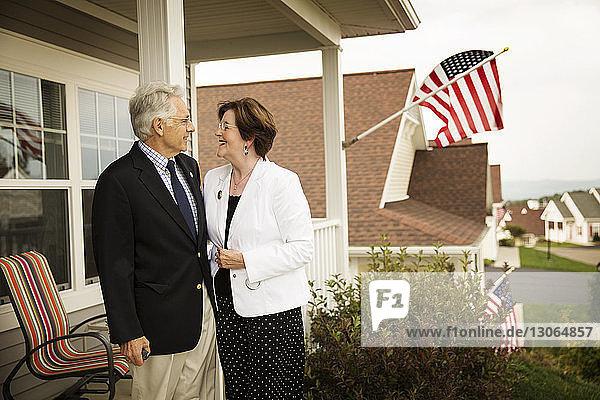 Älteres Ehepaar auf der Veranda stehend