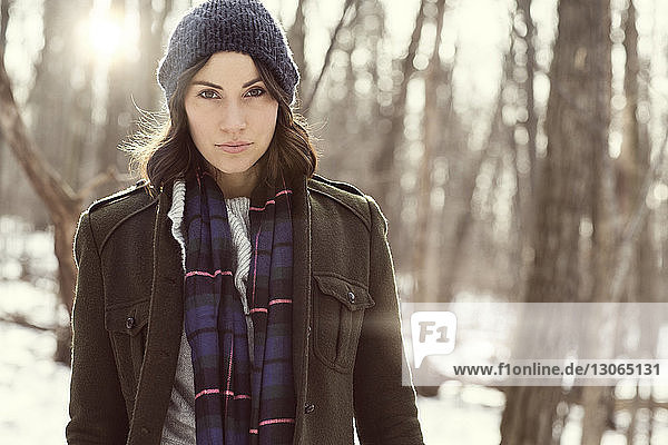 Porträt einer selbstbewussten Frau im Wald
