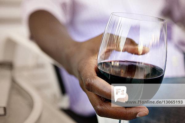 Ausgeschnittenes Bild eines Mannes mit Weinglas in der Hand