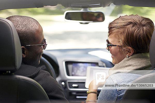 Rückansicht eines im Auto reisenden Paares