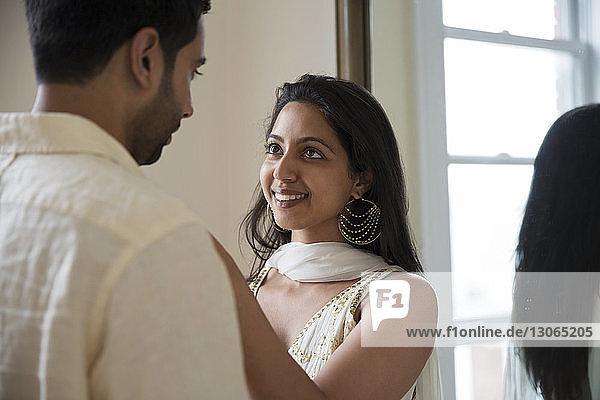 Paare  die sich ansehen  während sie vor dem Spiegel stehen