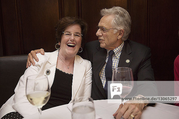 Älteres Ehepaar sitzt im Restaurant