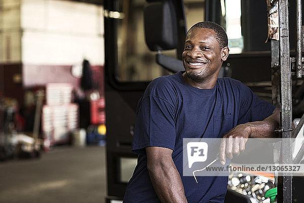Porträt eines Mannes mit Besen in der Werkstatt