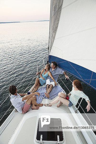 Porträt eines in eine Decke gehüllten romantischen Paares auf einer Yacht sitzend