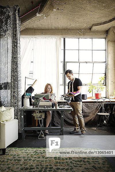 Modedesigner diskutieren beim Workshop gegen Fenster