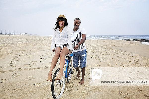 Ehepaar genießt Fahrradtour am Strand