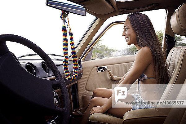 Seitenansicht der im Auto sitzenden Frau