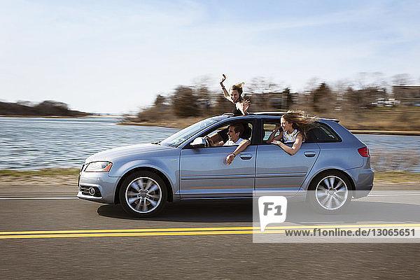 Freunde reisen im Auto