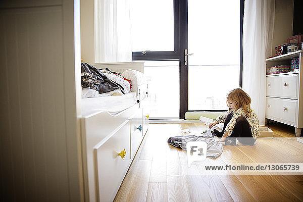 Mädchen trägt Kleid  während sie zu Hause sitzt