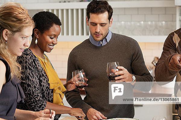 Freunde genießen Getränke beim geselligen Beisammensein