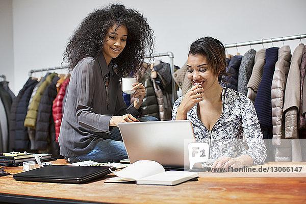 Geschäftsfrauen mit Laptop-Computer im Design-Studio