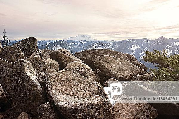 Felsen gegen schneebedeckte Berge