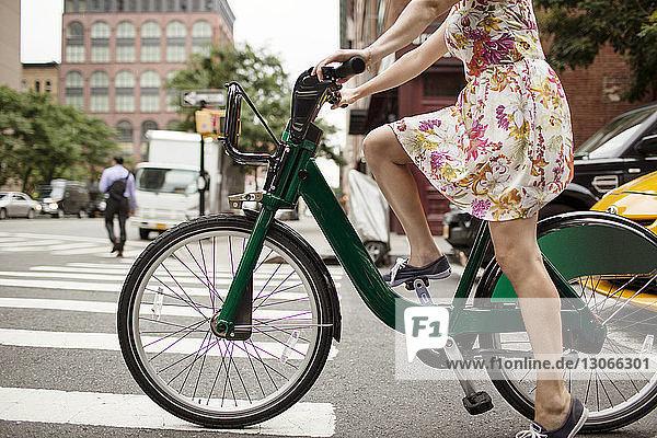 Niedriger Anteil von Frauen  die auf der Straße Fahrrad fahren