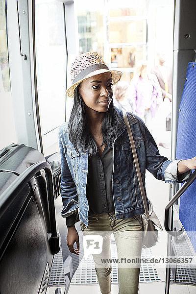 Frau schaut weg  während sie an der Tür des Busses steht
