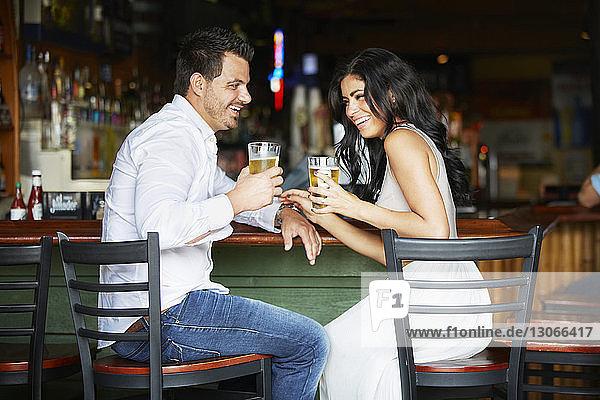 Glückliches Paar genießt Getränke im Restaurant