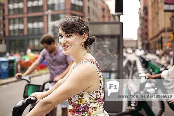 Porträt einer lächelnden Frau am Fahrradparkplatz