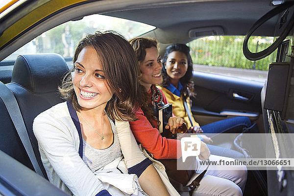 Freunde sitzen im Taxi