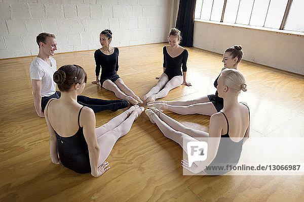Ballerinas üben Dehnübungen im Ballettstudio