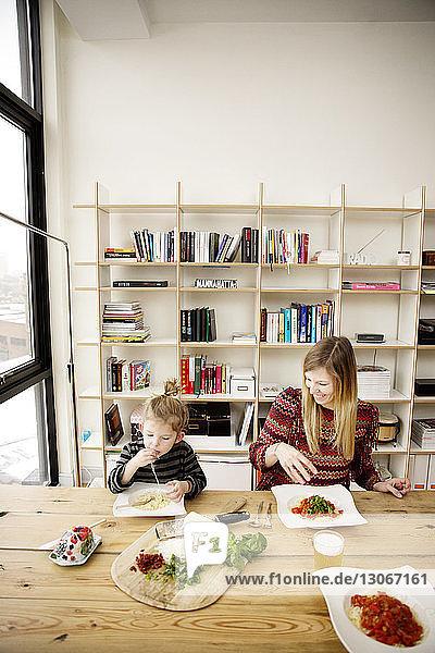 Mutter und Tochter frühstücken bei Tisch