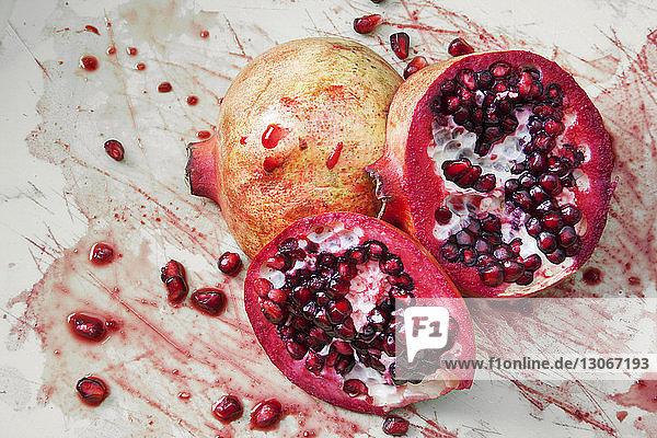 Nahaufnahme eines Granatapfels auf dem Tisch